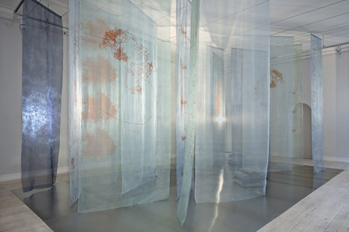 Tekstilinstallation, 20 indfarvede organzasilke baner med tryk. Musik: Nigel Goulding Foto: Dorte Krogh